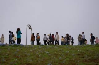 鐘を鳴らす人の行列